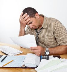 dettes ingérables, homme face à des difficultés financières