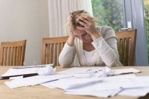 personne calculant l'intérêt d'un regroupement de dette